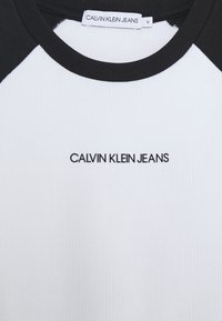 Calvin Klein Jeans - COLORBLOCK - T-shirt con stampa - black/white - 2