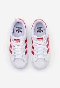 adidas Originals - SUPERSTAR SPORTS INSPIRED SHOES UNISEX - Sneakers basse - footwear white/scarlet - 3