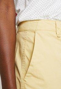 GAP - GIRLFRIEND - Chinos - faded yellow - 4