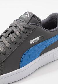 Puma - SMASH V2 BUCK - Sneakersy niskie - castlerock/palace blue/silver/white - 5