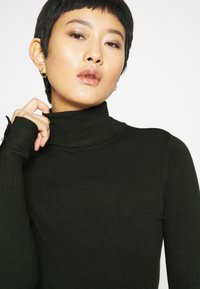 Dorothy Perkins - SUSTAINABLE PEARL BUTTON CUFF ROLL NECK JUMPER - Jumper - forest - 5