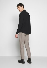 Isaac Dewhirst - MINI PUPPYTOOTH TROUSERS WITH TURN UP - Spodnie materiałowe - brown - 2
