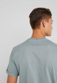 Les Deux - ENCORE  - T-shirts med print - petroleum blue/dark navy - 5