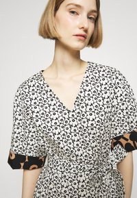 Marimekko - IHMETYS PIKKUINEN UNIKKO DRESS - Day dress - black/off-white - 3