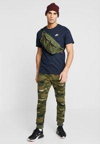 Nike Sportswear - CLUB TEE - T-shirt - bas - dark obsidian - 1