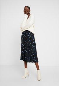 TOM TAILOR DENIM - FLOWER PLISSEE SKIRT - Áčková sukně - black/blue - 1