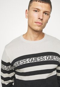 Guess - LOGO STRIPED - Jumper - grey - 5
