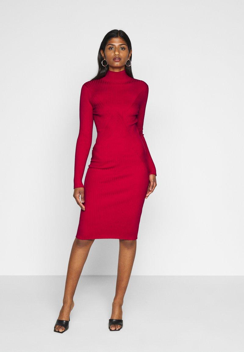 Fashion Union Petite - PHERSON - Strikket kjole - red