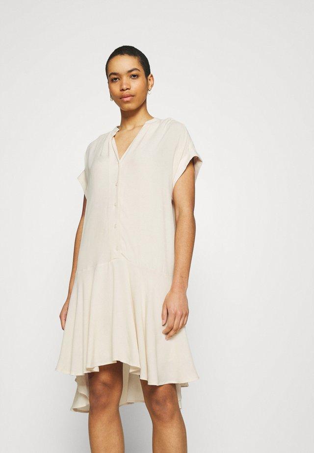 SLFTESSI TONIA SHIRT DRESS - Sukienka letnia - sandshell