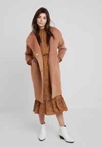 Louche - DONALDA - Classic coat - camel - 1