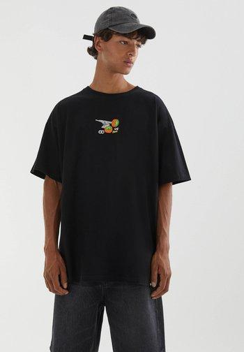 MIT STICKEREI IN VERSCHIEDENEN FARBEN - Print T-shirt - black