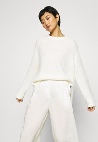 Rich & Royal - CULOTTE PANTS - Trousers - pearl white - 3