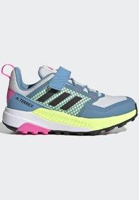 adidas Performance - TERREX TRAILMAKER - Zapatillas de senderismo - crystal white/core black/screaming pink - 5