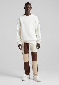 Bershka - Jeans straight leg - brown - 1