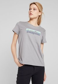 Patagonia - LOGO CREW  - Print T-shirt - feather grey - 0