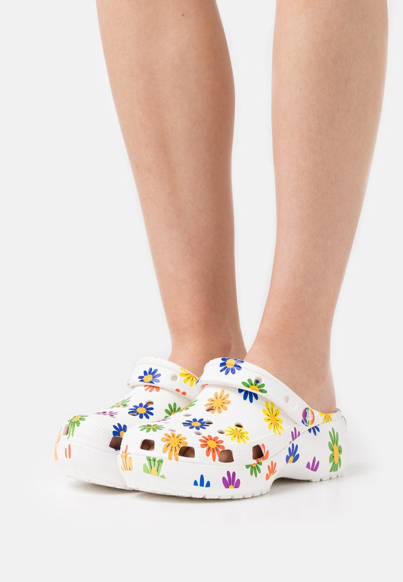 Crocs - CLASSIC PRIDE  - Klapki - white/multicolor