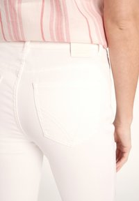 comma casual identity - 7/8-LÄNGE - Slim fit jeans - white - 4