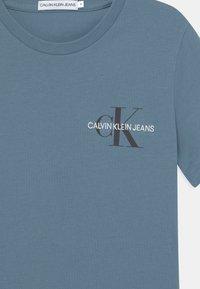 Calvin Klein Jeans - CHEST MONOGRAM UNISEX - T-shirt print - misty sky - 2