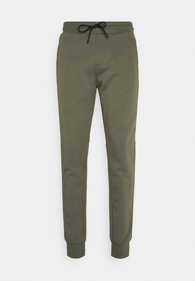 MODERN ESSENTIALS PANTS - Teplákové kalhoty - utility olive