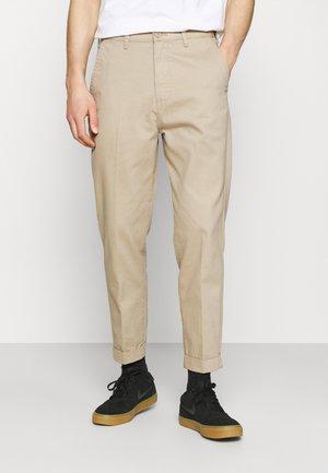 DAREN - Spodnie materiałowe - service sand