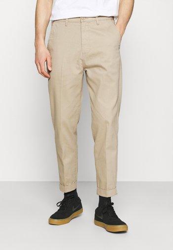 DAREN - Pantalon classique - service sand