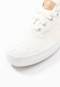 Keds - TRIPLE FESTIVAL FLORAL - Sneakersy niskie - cream - 2
