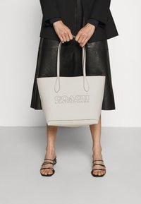 Coach - PENN TOTE - Handbag - chalk - 0