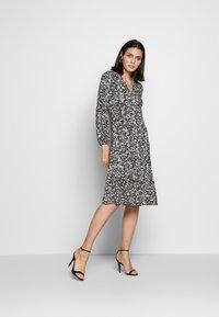 Wallis - MONO PAISLEY TIERED MIDI DRESS - Sukienka z dżerseju - mono - 1