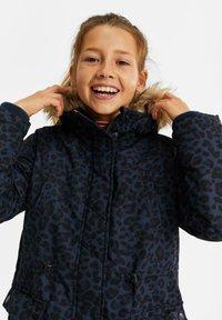 WE Fashion - MEISJES WATERAFSTOTENDE MET - Parka - dark blue - 1