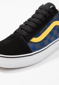 Vans - OLD SKOOL - Sneakersy niskie - red - 7
