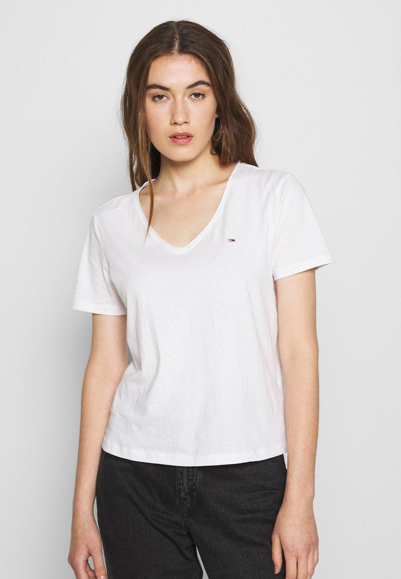 Tommy Jeans - SLIM VNECK - T-shirts - white