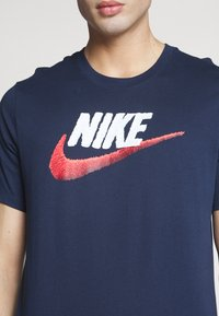 Nike Sportswear - T-shirt con stampa - obsidian/white/university red - 4