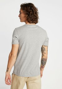Levi's® - 2PACK - T-shirt print - white/mid tone grey heather - 3