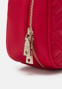 Love Moschino - CAMERA BAG RED EXCLUSIVE - Sac à main - red - 6
