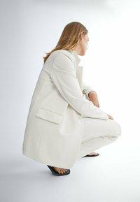 Massimo Dutti - MIT EIN-KNOPF-VERSCHLUSS  - Halflange jas - off white - 4