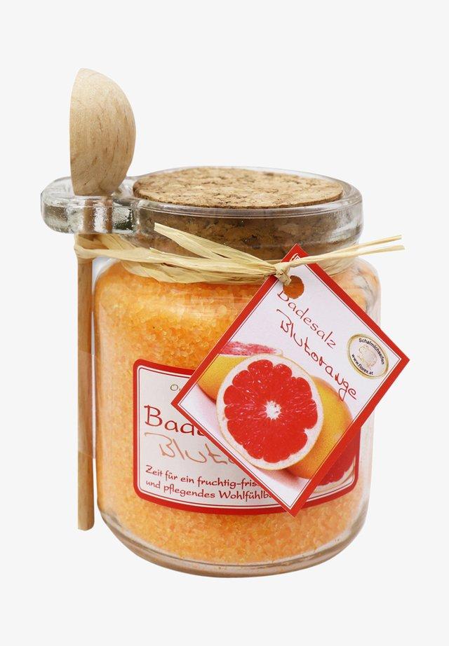 BADESALZ BLUTORANGE MIT SCHAFMILCH GLAS MIT HOLZLÖFFEL - Bubble bath & soak - orange