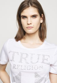 True Religion - CREW NECK - Triko spotiskem - white - 4