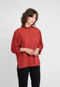 DESIGNERS REMIX - BYRON RUFFLE SHIRT - Button-down blouse - ox blood - 0