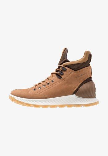 EXOSTRIKE - Chaussures de marche - brown