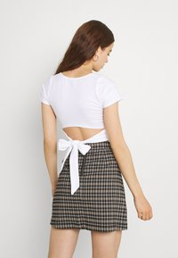 Hollister Co. - CROP RUCHED BUST BACK TIE - Camiseta estampada - white - 2