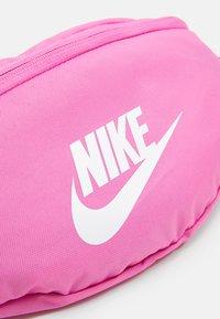 Nike Sportswear - HERITAGE UNISEX - Bum bag - china rose/white - 3