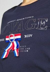 ONLY - ONLKITA LIFE - T-shirts med print - peacoat - 4