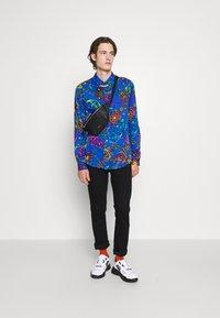 Versace Jeans Couture - PRINT REGALIA BAROQUE - Shirt - midnight - 5
