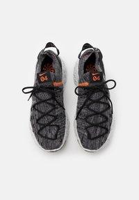 Nike Sportswear - SPACE HIPPIE  - Baskets basses - iron grey/photon dust/black/hyper crimson - 5