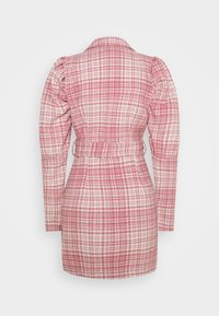 Missguided - BRUSHED CHECK BELTED BLAZER DRESS - Denní šaty - pink - 1