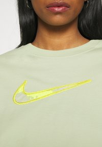 Nike Sportswear - T-shirt imprimé - olive aura - 5