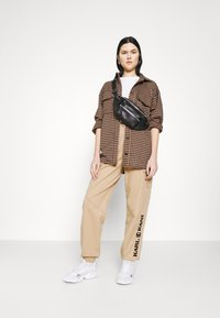 Karl Kani - RETRO PANTS - Trousers - sand - 1