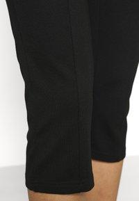 Vero Moda - VMLEXIE CAPRI PANT - Shorts - black - 4