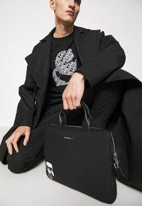 KARL LAGERFELD - IKONIK LAPTOP SLEEVE UNISEX - Laptop bag - black - 2