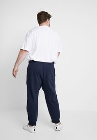 Polo Ralph Lauren Big & Tall - DOUBLE KNIT TECH - Pantaloni sportivi - aviator navy - 2